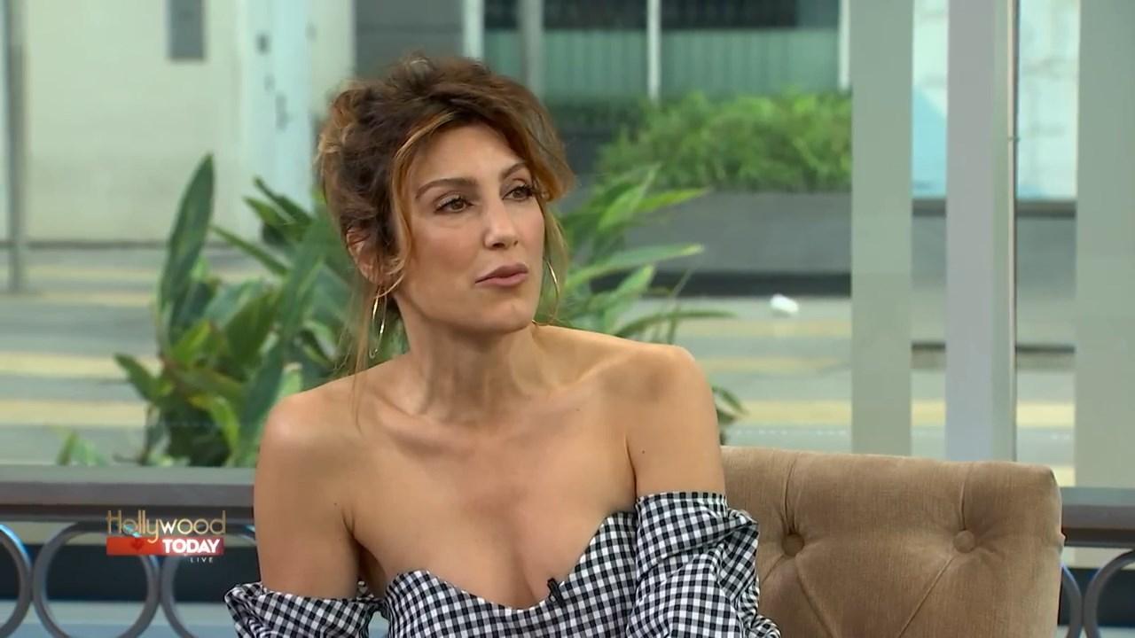 Jennifer Esposito dans l'émission Hollywood Today Live ...